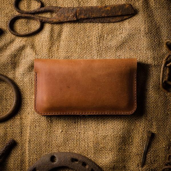 zadní strana hnědé peněženky na iphone