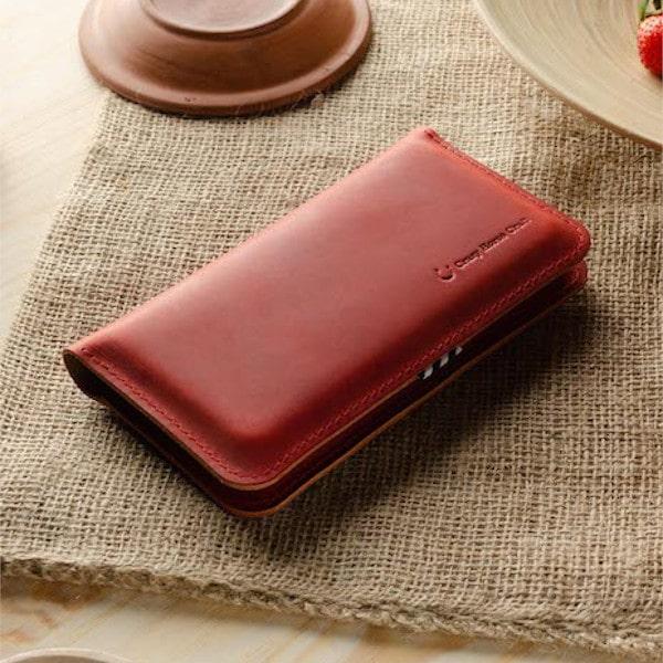 červený kožený obal na iphone