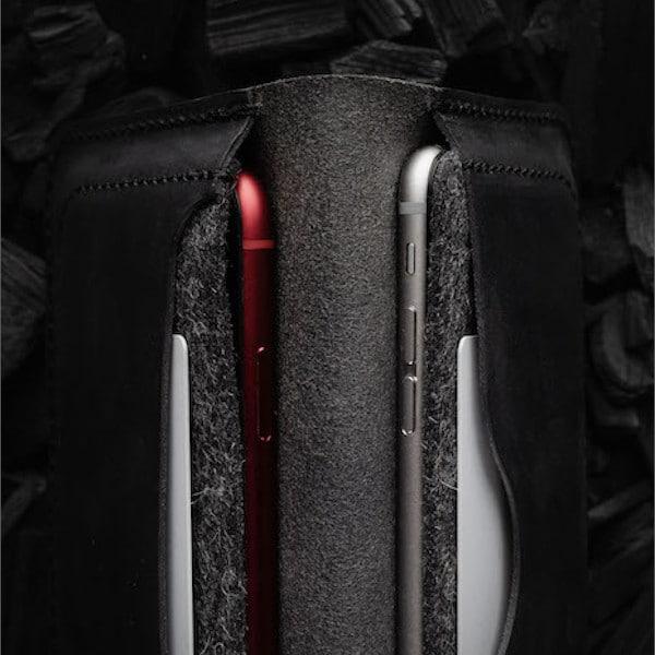 detail na dva iphony v koženém obalu