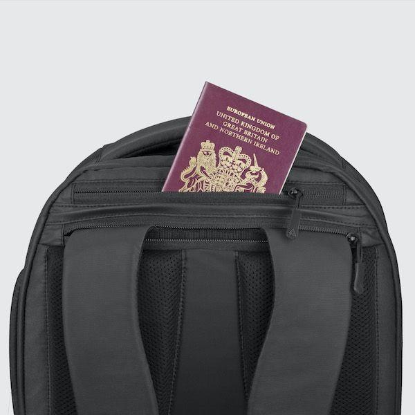 Cestovní batoh Oxna černá barva malá zadní venkovní kapsa