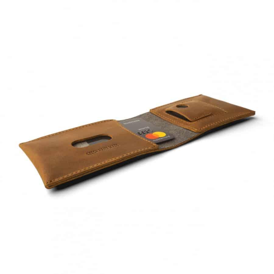 hnědá kožené peněženka na karty